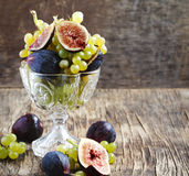 Uvas e figos frescos no vaso Imagem de Stock