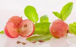 Uvas e folhas de hortelã apetitosas frescas Foto de Stock