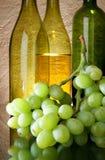 Uvas e frascos de vinho Imagem de Stock Royalty Free