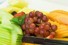 Uvas e melões na bandeja Fotografia de Stock