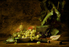 Uvas e peras em um prato Fotos de Stock Royalty Free