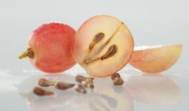 Uvas e sementes frescas da uva Imagem de Stock Royalty Free