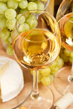 uvas e vinho branco Fotografia de Stock