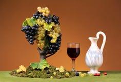 Uvas e vinho frescos em um vidro Imagens de Stock