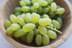 Uvas em uma bacia de madeira fotografia de stock