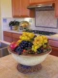Uvas en la cocina foto de archivo libre de regalías