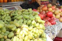 Uvas en mercado de la fruta Imágenes de archivo libres de regalías