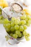 Uvas en porcelana foto de archivo