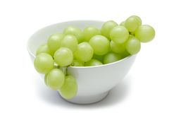Uvas en tazón de fuente Fotos de archivo libres de regalías