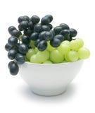 Uvas en tazón de fuente Imagen de archivo libre de regalías