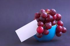 Uvas en taza Foto de archivo libre de regalías