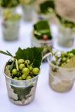 Uvas en un mantel blanco Imagen de archivo