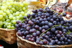 Uvas en un mercado Imagenes de archivo