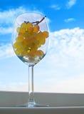 Uvas en un vidrio imagenes de archivo