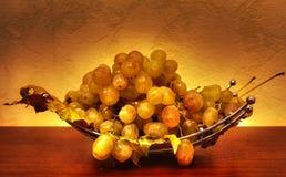 Uvas en una placa Fotos de archivo libres de regalías