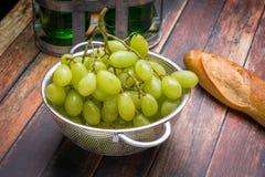 Uvas frescas en colador del acero inoxidable Fotografía de archivo libre de regalías