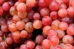 Uvas frescas en la tabla en el mercado Fotos de archivo libres de regalías