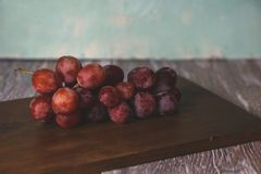 Uvas frescas en la tabla foto de archivo