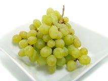 Uvas frescas en tazón de fuente Imagen de archivo libre de regalías