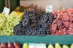Uvas frescas no mercado dos fazendeiros Fotos de Stock Royalty Free