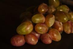 Uvas isoladas em um fundo preto fotos de stock