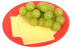 Uvas jugosas maduras frescas y bocado vegetariano sano de las rebanadas del queso Foto de archivo libre de regalías