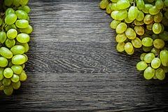 Uvas maduras en concepto de la comida del tablero de madera Fotografía de archivo