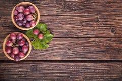 Uvas maduras en cuenco en la tabla de madera Visión superior Espacio libre para el te fotografía de archivo