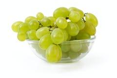 Uvas maduras en un tazón de fuente de cristal Fotografía de archivo