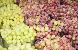 Uvas Manojos de uvas verdes Uvas en un mercado de la agricultura de la bandeja Imagenes de archivo