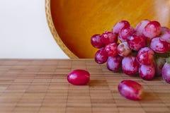 Uvas na placa Foto de Stock