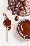 Uvas no chocolate do brochette e do líquido Imagem de Stock Royalty Free