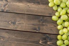 Uvas no fundo de madeira imagem de stock royalty free