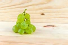 Uvas no fundo de madeira imagem de stock
