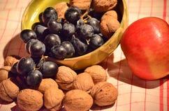 Uvas, nueces y manzana Fotos de archivo libres de regalías