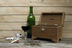 Uvas para vinho e caixa velha do tesouro Fotos de Stock Royalty Free