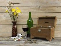 Uvas para vinho e caixa velha do tesouro Imagem de Stock Royalty Free