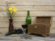 Uvas para vinho e caixa velha do tesouro Imagem de Stock