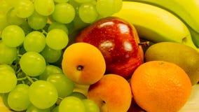 Uvas, plátanos, manzanas, albaricoques y naranjas fotos de archivo libres de regalías