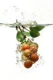 Uvas que caem na água Fotografia de Stock