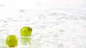 Uvas que caen en agua metrajes