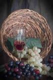 Uvas que fluyen de la cesta Imagen de archivo