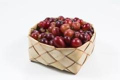 Uvas rojas en el arroz Kratib en el fondo blanco las uvas rojas cierran u Imagenes de archivo