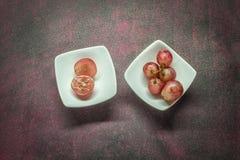 Uvas rojas en un tazón de fuente Fotografía de archivo