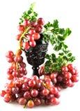 Uvas rojas maduras con el aislante Imagenes de archivo
