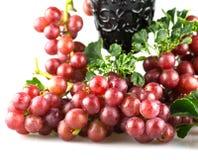 Uvas rojas maduras con el aislante de cristal Fotos de archivo