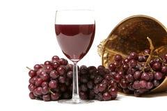Uvas rojas y vino Fotos de archivo