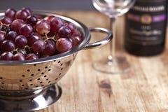 Uvas rojas y vino Imagenes de archivo