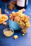 Uvas sin semillas con queso y miel Imagen de archivo