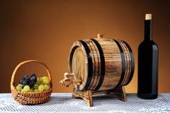 Uvas, una botella de vino Fotografía de archivo libre de regalías